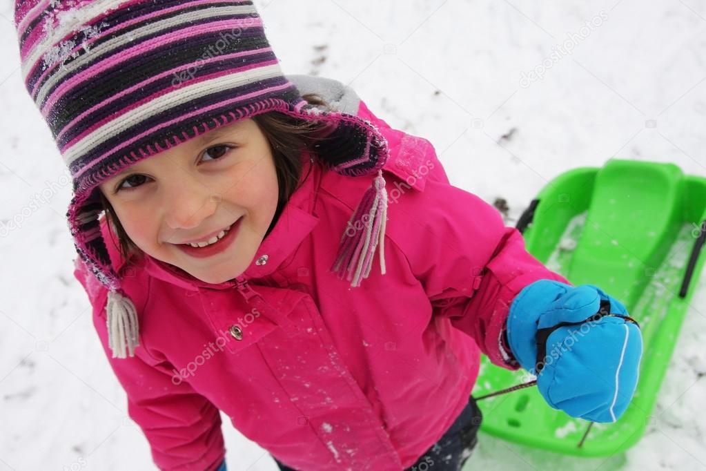 在雪地上儿童乐趣
