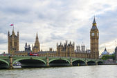 LONDON, UK - AUGUST 12: Side view of busy Westminster Bridge ove — Stock Photo