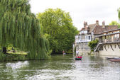 CAMBRIDGE, UK - AUGUST 18: Tourist punters in gondolas in River  — Stock Photo