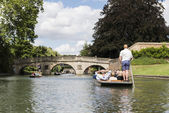 CAMBRIDGE, UK - AUGUST 18: Professional punter in busy River Cam — Stock Photo