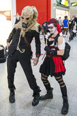 Cosplayers dressed as a  Harley Quinn and Scarecrow — Stock Photo