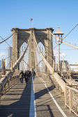 NEW YORK, US - NOVEMBER 24: Pedestrians crossing Brooklyn Bridge — Stock Photo
