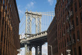 NEW YORK, US - NOVEMBER 24: Brooklyn Bridge framed between brick — Stock Photo