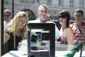 LONDON, UK - MAY 31: Pedestrians intrigued with 3D printer in Un — Stock Photo