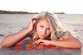 Stranden handduk flicka — Stockfoto