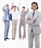 Empresário sorrindo e cruzando os braços com entusiasmo pess — Foto Stock