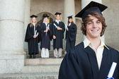 Primer plano de un sonriente graduado — Foto de Stock