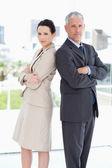 Due in piedi business serio in una stanza luminosa — Foto Stock