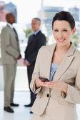 Mladá sekretářka stojící před kolegy při odesílání — Stock fotografie