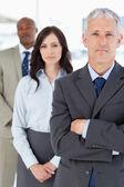 Volwassen manager overschrijding zijn armen serieus voor twee membe — Stockfoto