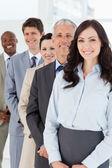 Confiante e sorridente gerente permanente entre seus empregados — Foto Stock