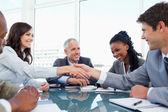 Apretón de manos entre una mujer de negocios y un colega al final del — Foto de Stock