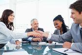 Junge executive frau und ein kollege händeschütteln während eines ichs — Stockfoto