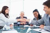 Två unga chefer skakar hand framme av deras chef en — Stockfoto
