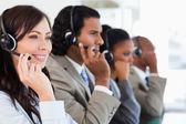 Onu te tarafından eşlik ederken çalışan çağrı merkezi çalışan gülümseyen — Stok fotoğraf