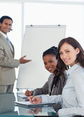 作成中のプレゼンテーションの中に働いて 2 つの笑みを浮かべて幹部 — ストック写真