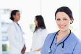 Jeune stagiaire médicale en regardant la caméra avec un sourire rayonnant — Photo