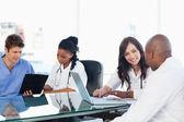Medische team dat werkt op een laptop en een klembord — Stockfoto