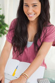 Portrait of a smiling brunette student using a laptop — Stockfoto