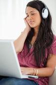 Närbild av en latino student njuter av musik — Stockfoto
