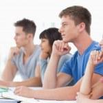 vista laterale di quattro studenti con le mani sulle loro menti pensanti — Foto Stock