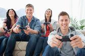 En skrattande grupp njuta av spelet tillsammans — Stockfoto