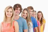 En leende grupp står bakom varandra — Stockfoto