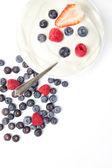 Schüssel sahne mit früchten — Stockfoto