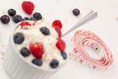 Maßband und ein dessert beeren — Stockfoto