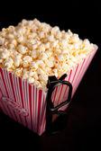 3d bril opknoping op de hoek van een doos van popcorn — Stockfoto