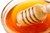 Cazo miel saliente un tazón de fuente — Foto de Stock