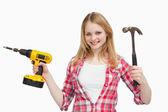 Lächelnd Frau Holding Werkzeuge — Stockfoto