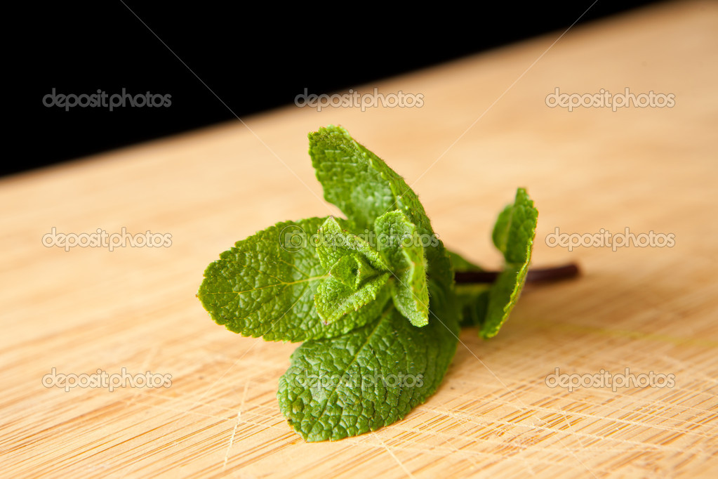 Mint on a chopping board against a black background — Photo #13990987