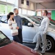 Salesman talking with a couple — Stock Photo