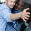 Man hugging a car — Stockfoto