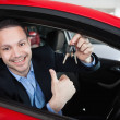 Happy man holding car keys — 图库照片