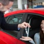 Customer receiving car keys — Stock Photo
