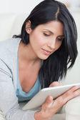 Cerca de una mujer sosteniendo una tableta — Foto de Stock
