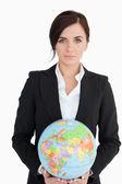 Bella donna in abito tenendo un globo di terra — Foto Stock
