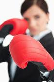 Empresária boxe com luvas vermelhas — Foto Stock
