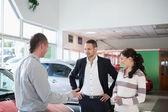 Pár s prodejci aut — Stock fotografie