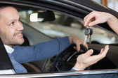 Man receiving keys — Stock Photo