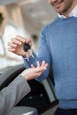 Usmívající se muž drží klíče — Stock fotografie