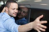 Człowiek przytulanie na samochód — Zdjęcie stockowe