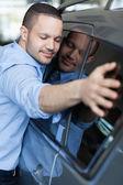 Człowiek przytulanie samochód — Zdjęcie stockowe