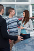 Consumers talking with a man — Stock Photo