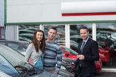 Clientes a comprar um carro — Fotografia Stock