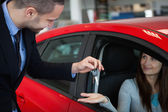 Client receiving car keys — Stock Photo