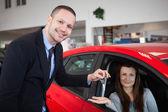 Klienten att vara inne i bilen — Stockfoto