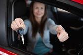Client zitten in haar auto terwijl autosleutels — Stockfoto